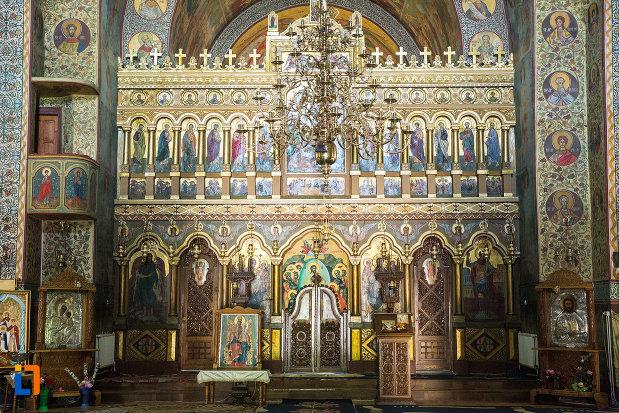 altarul-din-catedrala-ortodoxa-sf-gheorghe-din-tecuci-judetul-galati.jpg