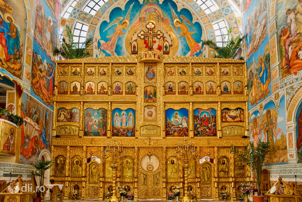 altarul-din-catedrala-ortodoxa-sfanta-vineri-din-zalau-judetul-salaj.jpg