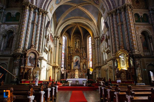 altarul-din-catedrala-romano-catolica-millenium-din-timisoara-judetul-timis.jpg