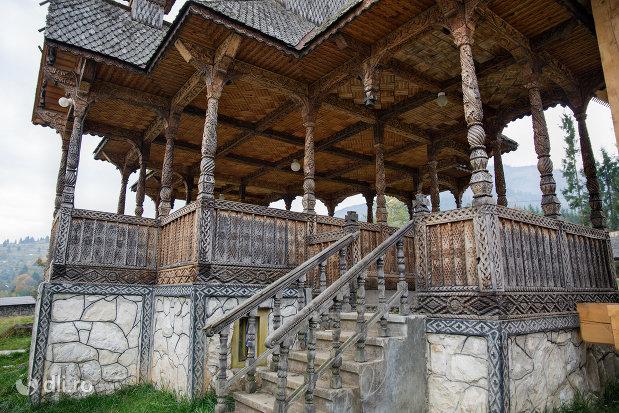 altarul-vechi-al-manastirii-adormirea-maicii-domnului-din-moisei-judetul-maramures.jpg