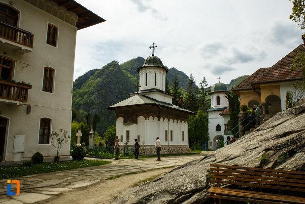 ansamblul-manastirea-turnu-din-pausa-judetul-valcea-vazut-de-la-distanta.jpg