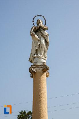 ansamblul-urban-piata-cetatii-din-ciacova-judetul-timis-prim-plan-cu-statuia-aflata-aici.jpg