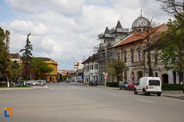 ansamblul-urban-piata-libertatii-din-hunedoara-judetul-hunedoara-imagine-cu-cladirile-adiacente.jpg