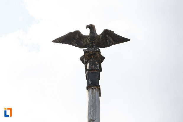 ansamblul-urban-piata-libertatii-din-hunedoara-judetul-hunedoara-imagine-cu-soimul-de-pe-monument.jpg