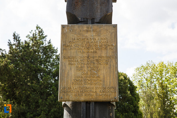 ansamblul-urban-piata-libertatii-din-hunedoara-judetul-hunedoara-placa-comemorativa.jpg