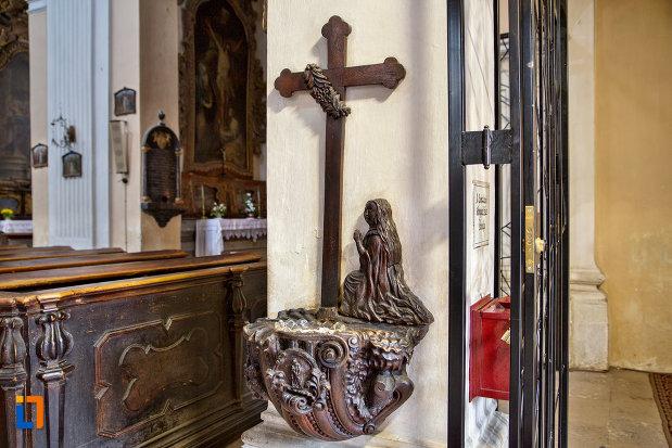 apa-sfintita-biserica-romana-catolica-sfanta-treime-din-cluj-napoca-judetul-cluj.jpg