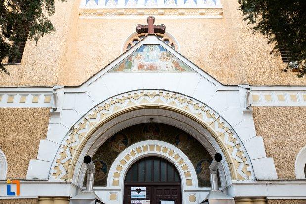 arc-de-la-biserica-cu-doua-turnuri-din-arad-judetul-arad.jpg