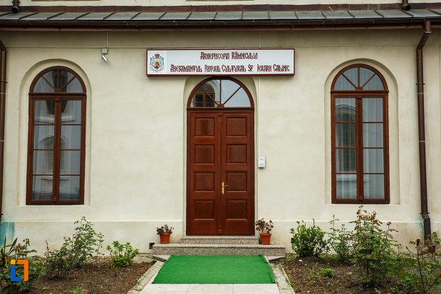 arhiepiscopia-ramnicului-din-ramnicu-valcea-judetul-valcea-asezamantul-pastoral-cultural.jpg