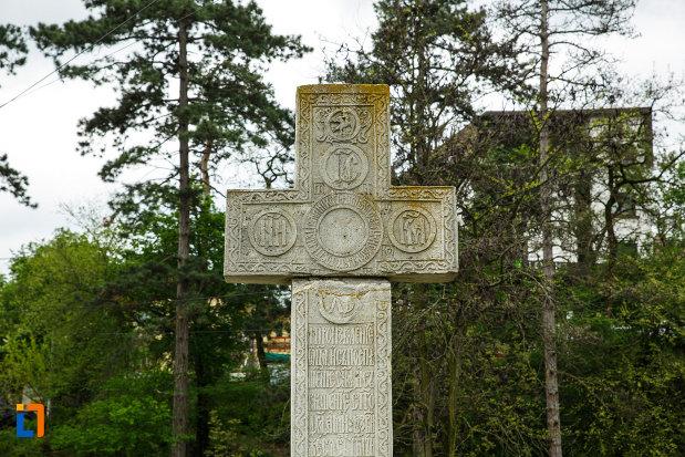 arhiepiscopia-ramnicului-din-ramnicu-valcea-judetul-valcea-detalii-de-pe-crucea-de-piatra.jpg