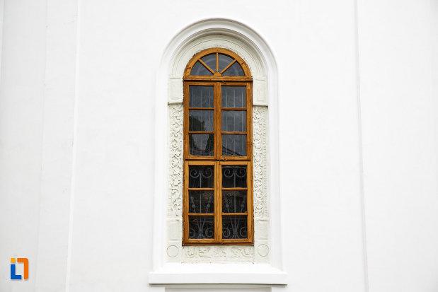 arhiepiscopia-ramnicului-din-ramnicu-valcea-judetul-valcea-fotografie-cu-vitraliu.jpg