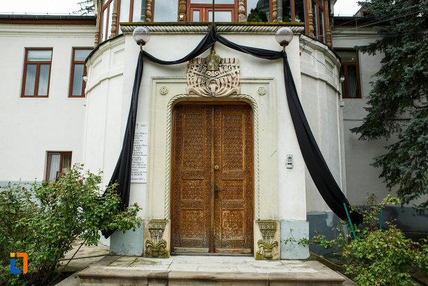 arhiepiscopia-ramnicului-din-ramnicu-valcea-judetul-valcea-intrare-in-palatul-arhiepiscopal.jpg