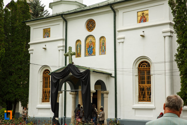 arhiepiscopia-ramnicului-din-ramnicu-valcea-judetul-valcea-intrarea-in-biserica.jpg