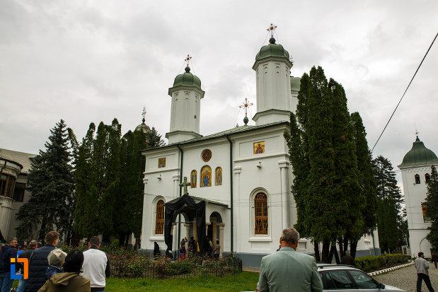 arhiepiscopia-ramnicului-din-ramnicu-valcea-judetul-valcea-poza-cu-biserica-ansamblului.jpg