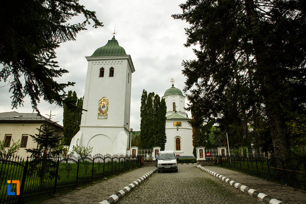 arhiepiscopia-ramnicului-din-ramnicu-valcea-judetul-valcea-turn-de-clopotnita.jpg