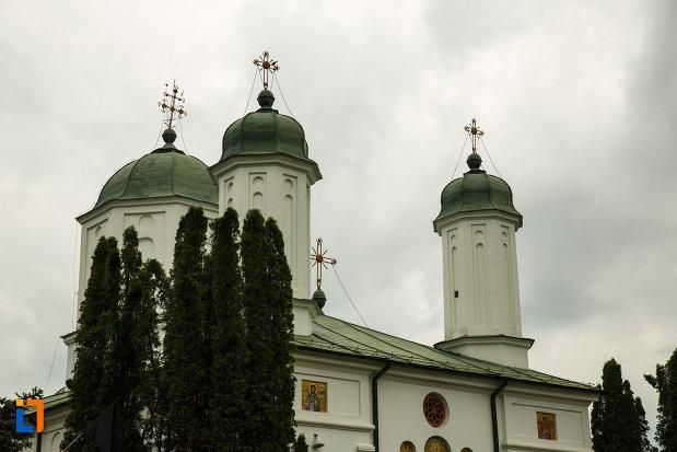 arhiepiscopia-ramnicului-din-ramnicu-valcea-judetul-valcea-turnurile-bisericii.jpg
