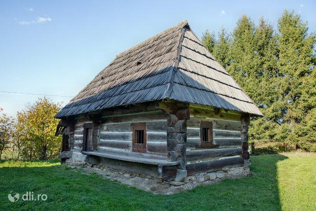 arhitectura-traditionala-gospodarie-din-muzeul-satului-din-sighetu-marmatiei-judetul-maramures.jpg