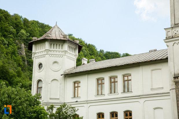 aripa-stanga-de-la-manastirea-tismana-judetul-gorj.jpg