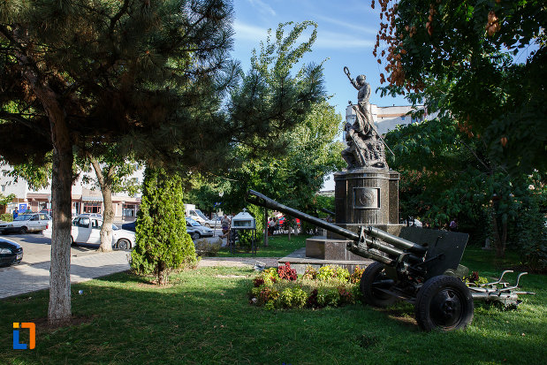 arma-de-lupta-de-la-monumentul-eroilor-din-mizil-judetul-prahova.jpg
