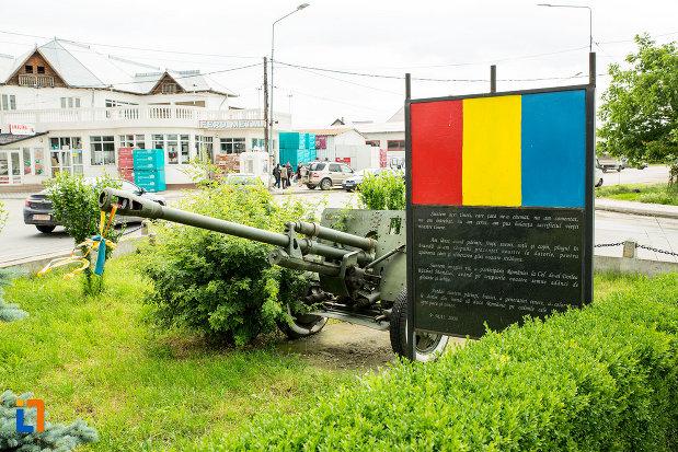 arma-de-razboi-monumentul-eroilor-din-adjud-judetul-vrancea.jpg
