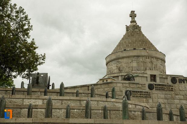arme-de-razboi-mausoleul-eroilor-din-1916-1919-de-la-marasesti-judetul-vrancea.jpg