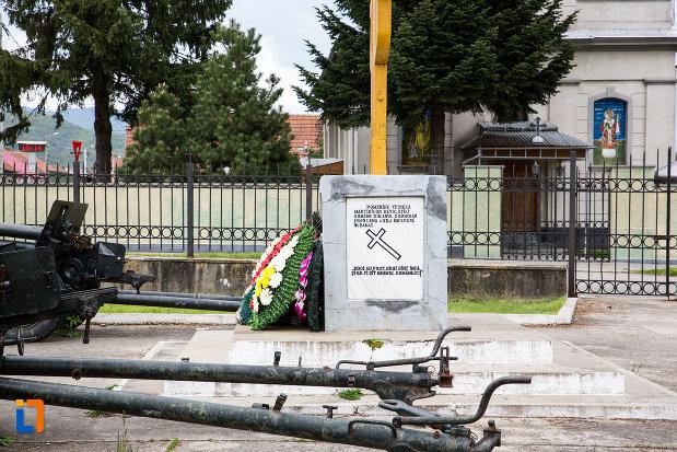 arme-de-razboi-si-monumentul-eroilor-din-otelu-rosu-judetul-crasa-severin.jpg
