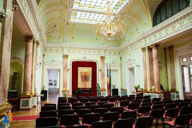 aula-din-muzeul-de-arta-si-arta-populara-palatul-marincu-din-calafat-judetul-dolj.jpg