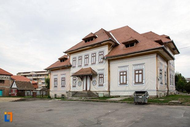baia-comunala-azi-centrul-cultural-din-fagaras-judetul-brasov.jpg