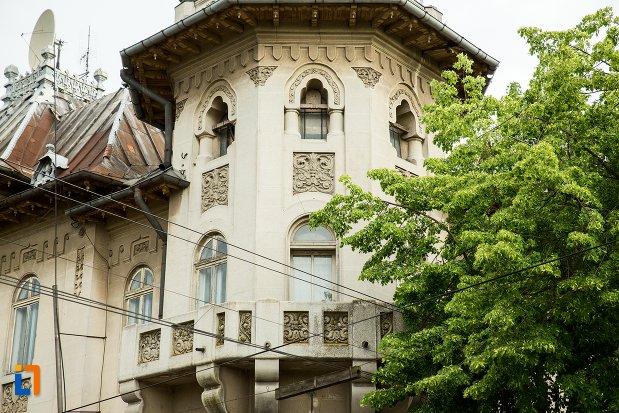 balcoane-si-ferestre-de-la-hotelul-imparatul-traian-din-corabia-judetul-olt.jpg