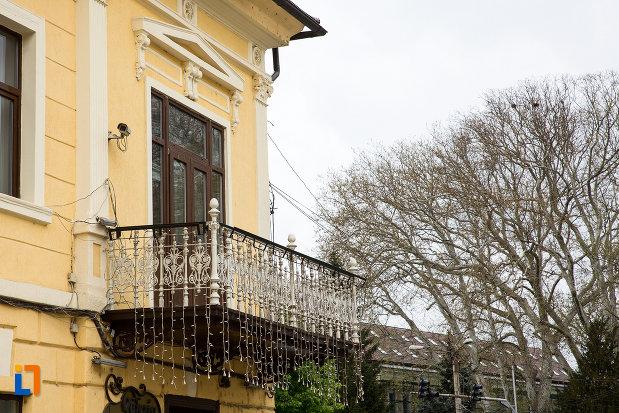 balcon-casa-municipala-de-cultura-george-suru-din-caransebes-judetul-caras-severin.jpg