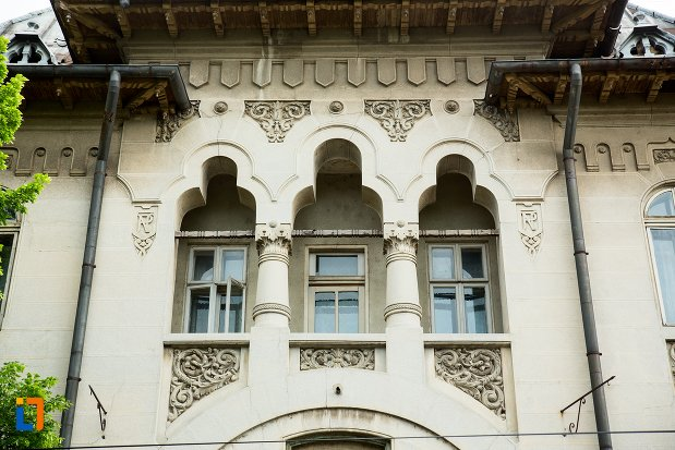 balcon-cu-coloane-de-la-hotelul-imparatul-traian-din-corabia-judetul-olt.jpg