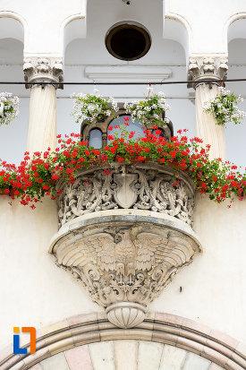 balcon-cu-flori-primaria-din-campulung-muscel-judetul-arges.jpg