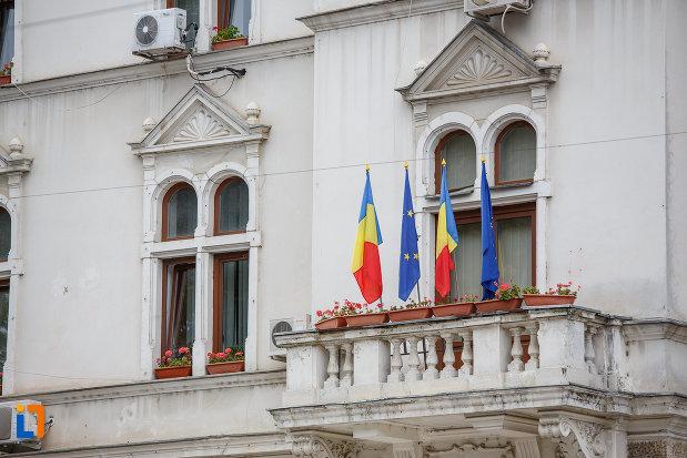 balcon-cu-steaguri-cladirea-administrativa-a-orasului-azi-prefectura-si-consiliul-judetean-suceava.jpg