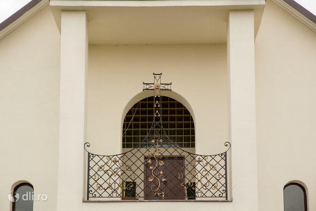 balcon-de-la-biserica-noua-din-cicarlau-judetul-maramures.jpg