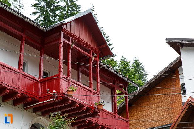balcon-de-la-casa-lucian-marcu-din-azuga-judetul-prahova.jpg