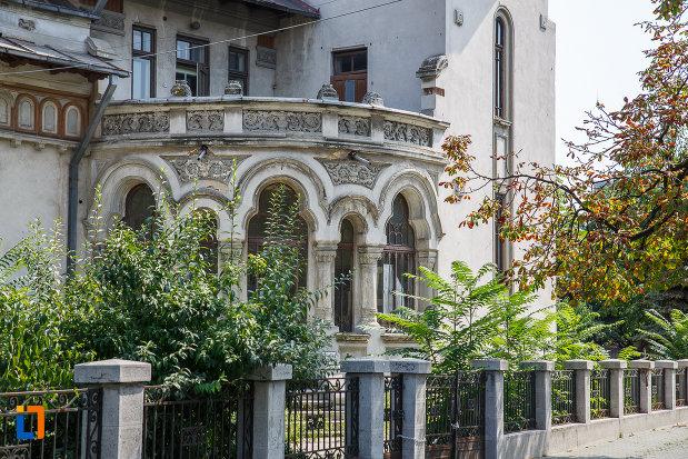 balcon-de-la-casa-radu-stanian-ulterior-casa-n-constantinescu-bordeni-1850-din-ploiesti-judetul-prahova.jpg