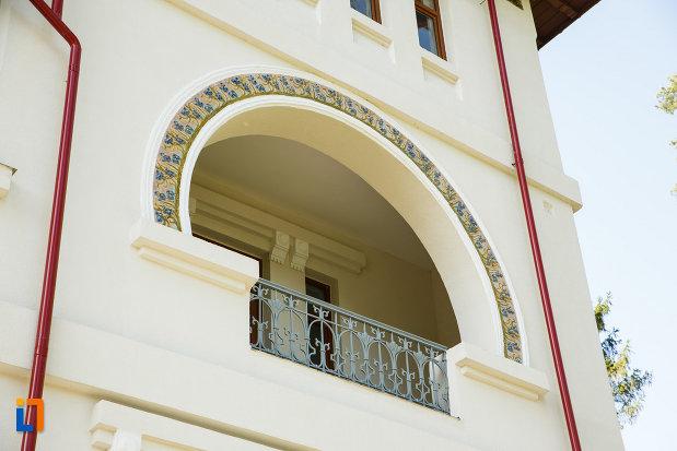 balcon-de-la-colectia-de-arheologie-si-arta-religioasa-gheorghe-petre-din-baile-govora-judetul-valcea.jpg