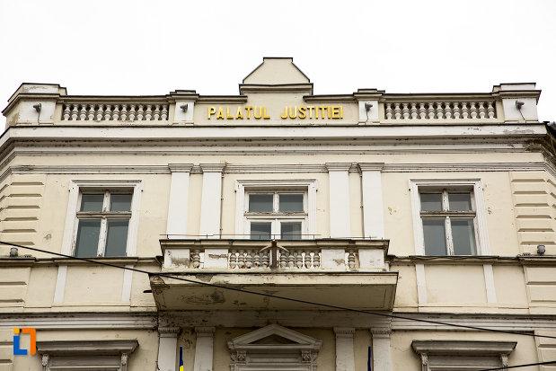 balcon-de-la-palatul-justitiei-din-arad-judetul-arad.jpg