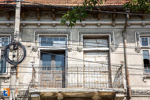 balcon-din-ansamblul-de-locuinte-cu-pravalii-de-pe-str-bucuresti-nr-163-din-calarasi-judetul-calarasi.jpg