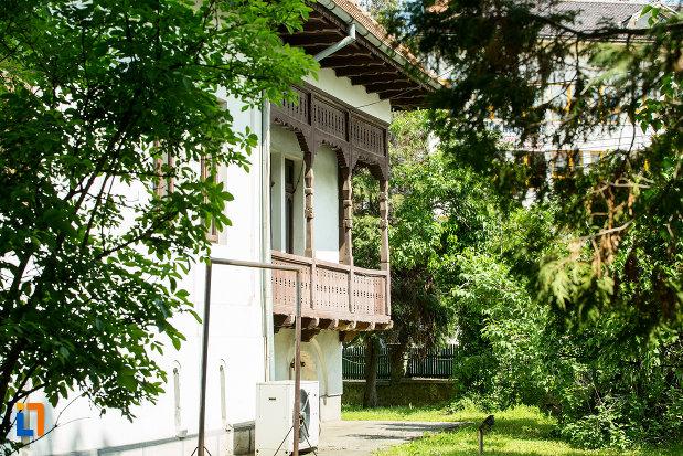 balcon-si-curte-de-la-casa-brabu-ganescu-din-targu-jiu-judetul-gorj.jpg