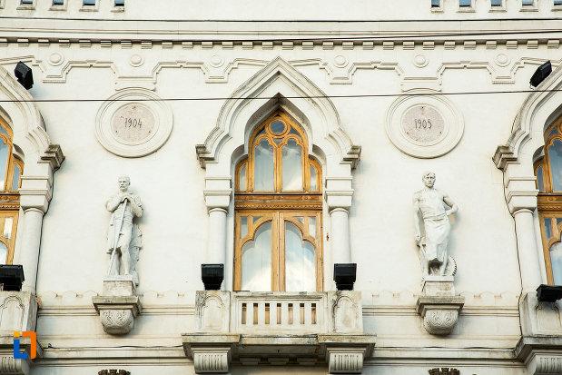 balcon-si-fereastra-de-la-palatul-administrativ-prefectura-judetului-galati.jpg
