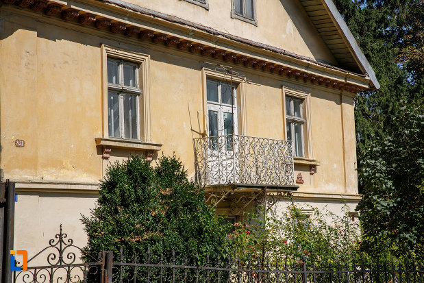 balcon-si-ferestre-de-la-casa-costin-tarangul-din-suceava-judetul-suceava.jpg