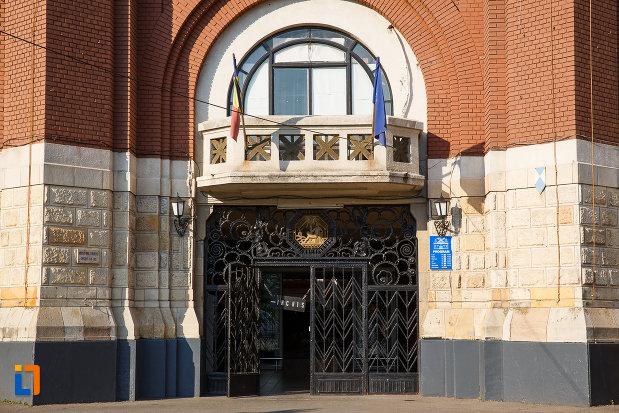 balcon-si-usa-de-la-halele-centrale-din-ploiesti-judetul-prahova.jpg