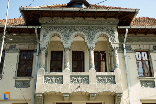 balconul-de-la-muzeul-podgoriei-muzeul-viei-si-vinului-din-dragasani-judetul-valcea.jpg
