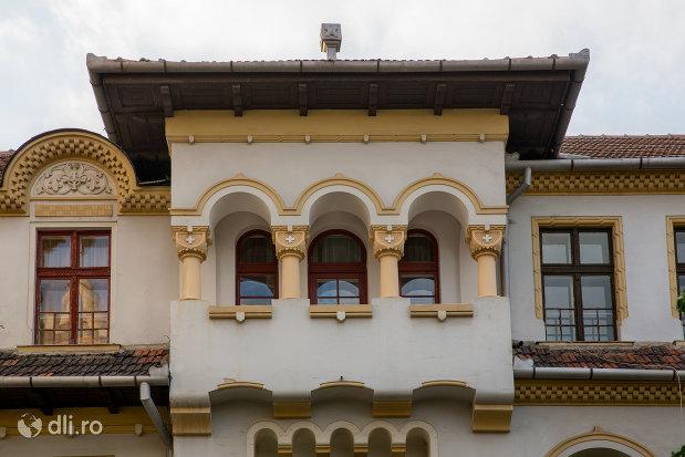 balconul-de-la-scoala-normala-greco-catolica-din-oradea-judetul-bihor.jpg