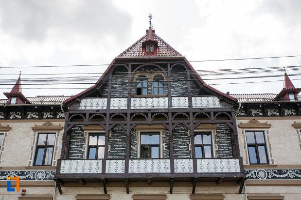 balconul-principal-de-la-hotelul-carol-fosta-vila-1-1896-din-vatra-dornei-judetul-suceava.jpg