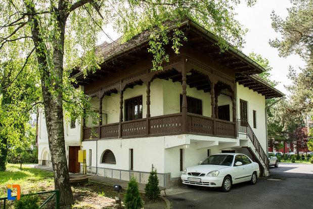 balustrada-din-lemn-casa-brabu-ganescu-din-targu-jiu-judetul-gorj.jpg