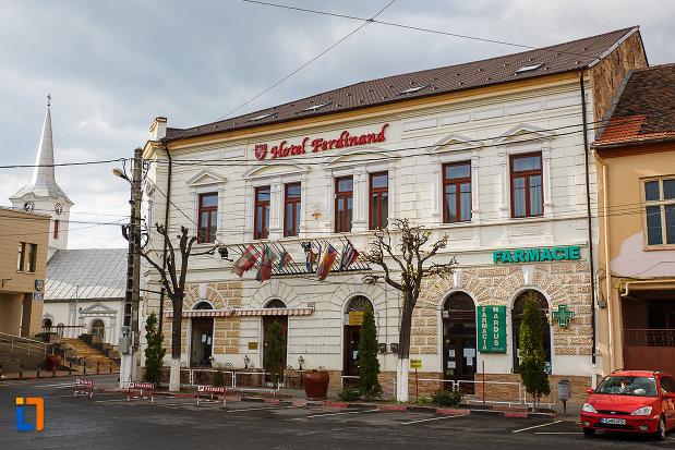 banca-azi-hotelul-ferdinand-din-hateg-judetul-hunedoara-una-din-fatadele-laterale.jpg
