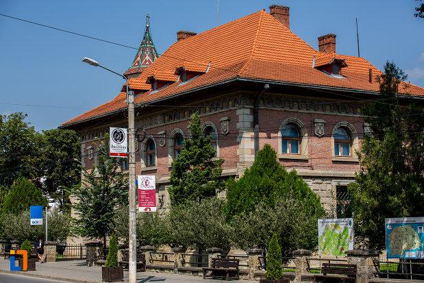 banca-comerciala-romana-din-campulung-moldovenesc-judetul-suceava-vazuta-din-lateral.jpg
