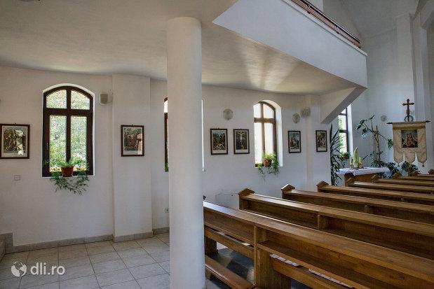 banci-din-biserica-greco-catolica-din-vama-judetul-satu-mare.jpg
