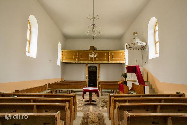 banci-si-aleee-spre-intrare-in-biserica-reformata-din-amati-judetul-satu-mare.jpg